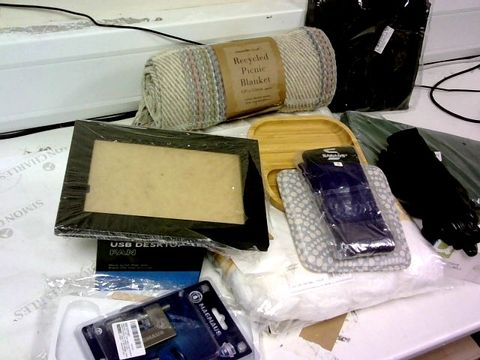LOT OF APPROXIMATELY 35 ASSORTED PRODUTS INCLUDES: BLANKETS,JUG,FRAME,LED LIGHT,KITCHEN TOOLS