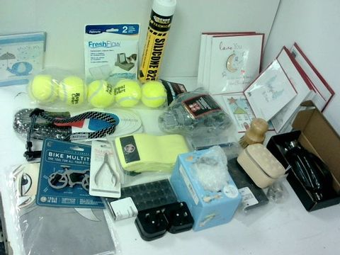 SMALL BOX OF ASSORTED HOMEWARE ITEMS TO INCLUDE TENNIS BALLS, CHRISTMAS CARDS, SKIPPING ROPE