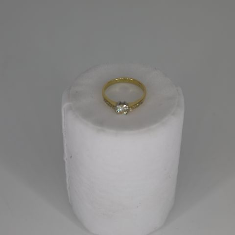 18CT GOLD RING SEMI RUB OVER SET WITH A DIAMONDAND DIAMOND SET SHOULDERS, TOTAL WEIGHT +0.68CT